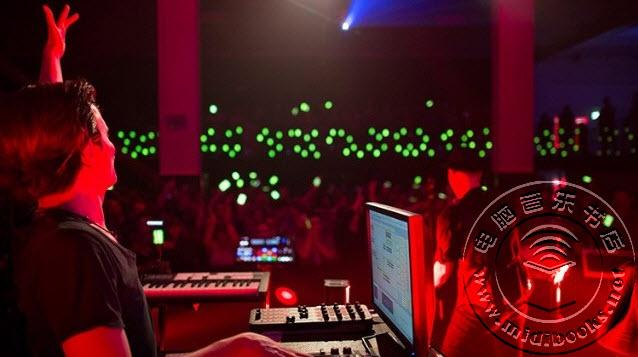 600台同步声音和灯光的手机营造演唱会互动高潮(视频)