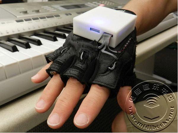 这功能逆天 神奇手套让你不知不觉学会钢琴