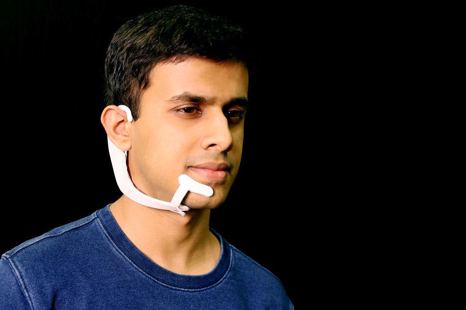 骨传导无声耳机可让用户安静地与电脑交流
