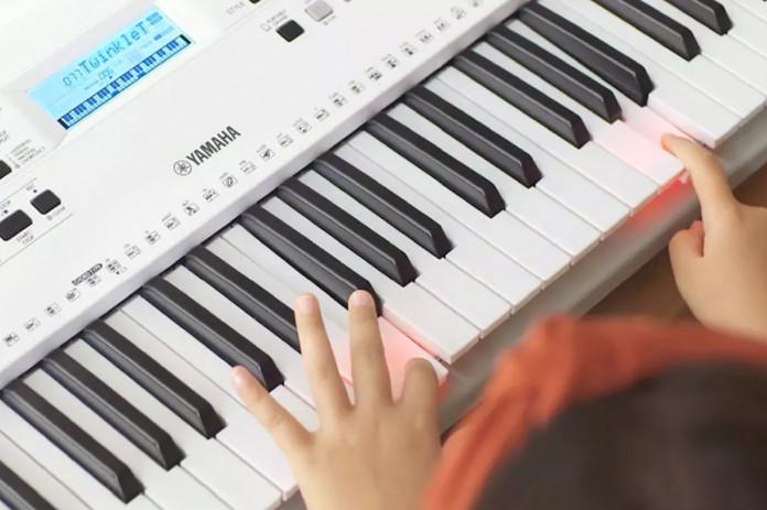 YAMAHA(雅马哈)推出适用于初学者的EZ-300发光键电子键盘,使学习更轻松(视频)